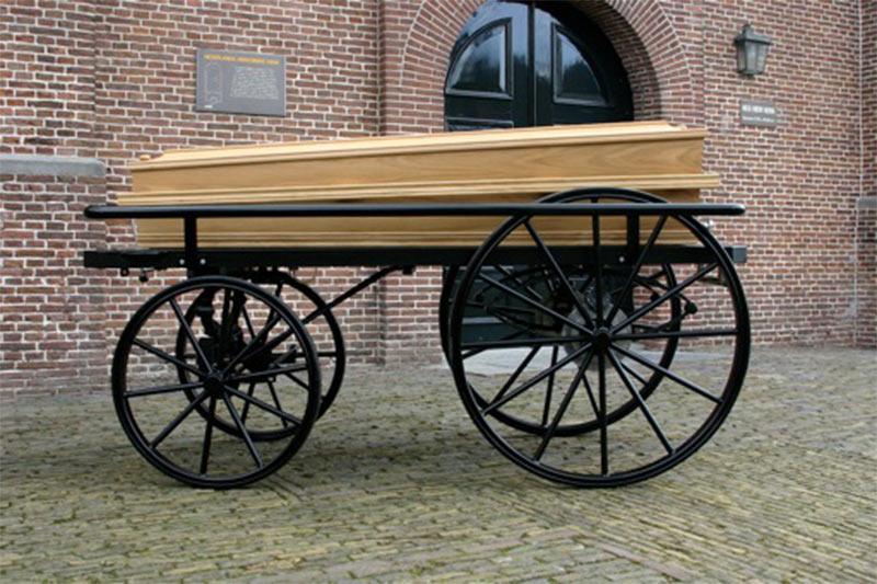 De loopkoets voor bij begrafenis en crematie